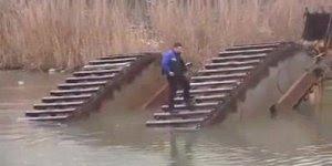 Escavadeira anfíbia se afunda na água, o operador foi parar na esteira!