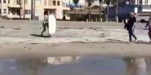 Esse vídeo é irado, veja só o pulo que essa garota da no mar, só que não, kkk!!!