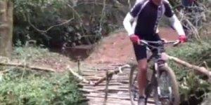 Foi passar na ponte de bike e se deu mal, veja onde ele foi parar hahaha!
