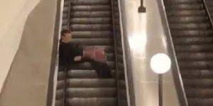Foi tentar impressionar a namorada na escada rolante e se deu mal hahaha!