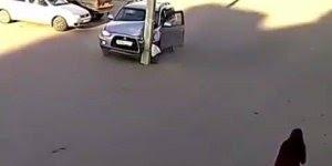 Homem bate em poste de maneira bizarra hahaha, como ele fez isso?