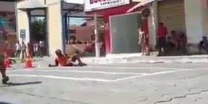 Homem quase quebra o pescoço com brincadeira em moto, confira!