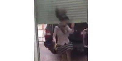 Menina vai fazer gracinha para entrar em ambiente e bate com a cabeça hahaha!