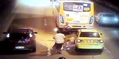 Motorista de ônibus salva motociclista do fogo, veja o desespero!
