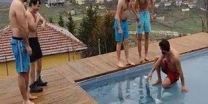 O que acontece quando 6 amigos encontram uma piscina congelada hahaha!