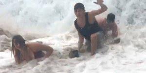 Pessoas sendo traídas pelo mar e pela areia, para rir muito!