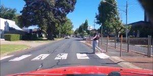 Quase deu ruim para essas pessoas na hora de atravessar a rua, confira!