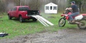 Tentando colocar uma moto em cima de uma caminhonete, confira!