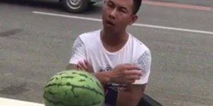 Abrindo melancia com a cabeça, só que não hahaha, confira!