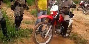 Ai o Flávio... Flávio chega e cai com a moto fazendo amigos rir muito!