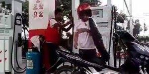 Briga em posto de gasolina, as pessoas andam tensas demais!