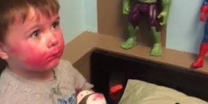 Criança passa batom no boneco Capitão América e Hulk de seu irmão!