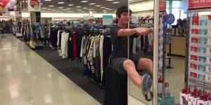 Descubra o que dá para fazer em um espelho de uma loja hahaha!
