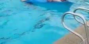 Encalhando no escorregador da piscina, já aconteceu isso com você?