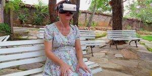 Filho coloca sua mãe para experimentar a montanha russa em realidade virtual!