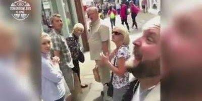 Homem brinca de fone alto nos ouvidos e canta bem alto em público!