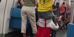 Homem com fantasia engraçada no metrô, muito engraçado hahaha!