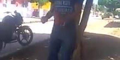 Homem dança tão mal na rua que o cachorro para com a palhaçada hahaha!