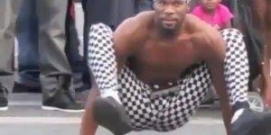 Homem engraçado no meio da rua, veja o que ele consegue fazer com o corpo!