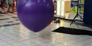 Homem faz show de humor com um balão de ar, que engraçado hahaha!