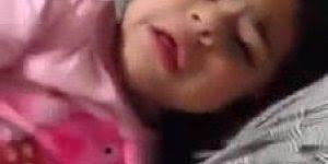 Mãe tenta acordar menina 13 hora da tarde e ela fica brava hahaha!