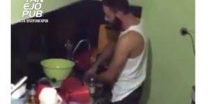 Marido cantando paródia na hora de lavar a louça, para rir muito e compartilhar!