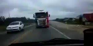 Marido quase mata esposa de susto com caminhão na estrada kkk!