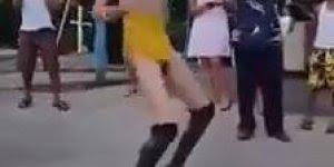 Marque as amigas que dançam assim em qualquer lugar kkk!!!