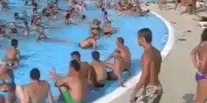 Menina muito louca na piscina, o que será que ela usou que a deixou assim kkk!