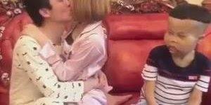 Menino prende casal com fita adesiva, agora eles vão beijar a vontade kkk!