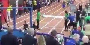 No final da corrida menina é atropelada por corredores, atrapalhando corrida!