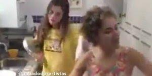 Nocauteando a amiga com uma frigideira, para rir muito hahaha!