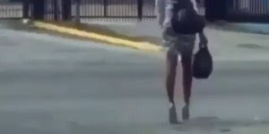 Quando a inimiga coloca salto e sai para a rua hahaha, a musica combinou!