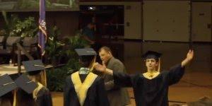 Rapaz brinca e dança muito na hora de pegar o diploma, confira!