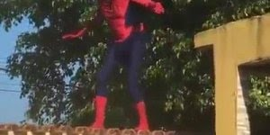 Se for vestir de super herói, não exagere na bebida hahaha!