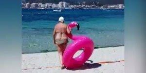 Senhora lutando para sentar na boia em praia, o importante da vida é viver!