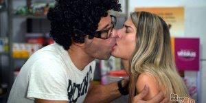 Viciada por internet dá beijo em atendente com dente podre hahaha!