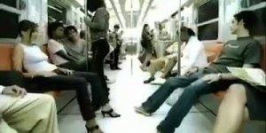 Vídeo de rapaz e moça dentro de trem, nessa brincadeira o rapaz levou a melhor!