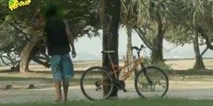 Aprenda com essa pegadinha como tirar uma onda com ladrão de bicicleta!