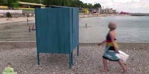 Pegadinha da Cobra no Vestiário de Praia, as mulher saem quase nuas correndo!