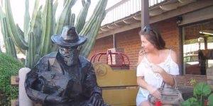 Pegadinha da estatua sentada em um banco, as pessoas levam cada susto hahaha!