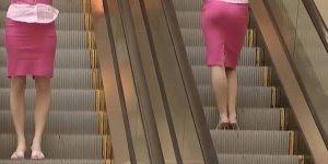 Pegadinha da loira que derruba a carteira no Shopping, que confusão!