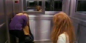 Pegadinha da menina fantasma no elevador, o que você faria???