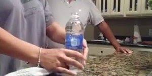 Pegadinha da moeda dentro da garrafa de água, bora pegar os amigos?