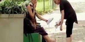Pegadinha da mulher com dois pés esquerdos, alguém vai conseguir entender?