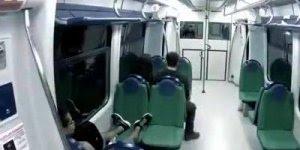 Pegadinha do fantasma no Metrô, que grito assustador hein!