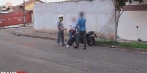 Pegadinha do mendigo que pede dinheiro e depois sobe na moto!