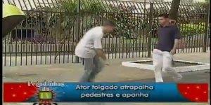 Pegadinha do pedestre folgado que quer pegar a caneta no chão hahaha!