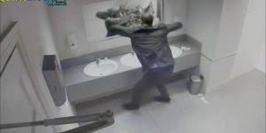 Pegadinha do susto no espelho do banheiro, impossível não se assustar!