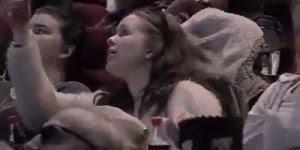Pegadinha do vampiro na hora do beijo no cinema, que susto a galera tomou hein!